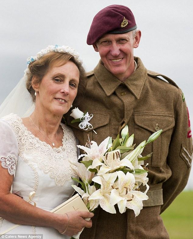 Perierga.gr - Γάμος με αμφίεση Β΄ Παγκοσμίου Πολέμου!