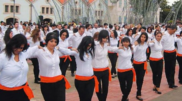 Perierga.gr - Οι Γάλλοι αγανακτισμένοι χορεύουν συρτάκι για τον ελληνικό λαό!