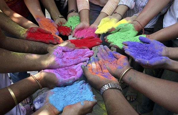 "perierga.gr - Με έναν ""πόλεμο"" χρωμάτων αποχαιρετούν το χειμώνα!"