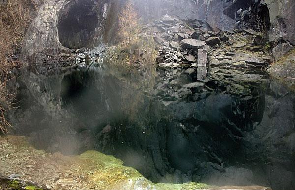 perierga.gr - Μια σπηλιά... ανθρώπινο κρανίο!