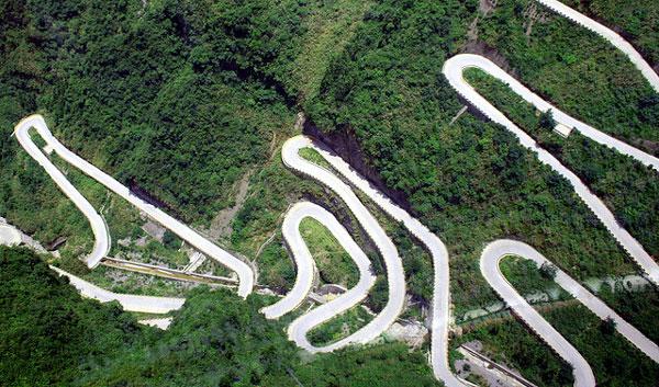 "perierga.gr - Ο πιο ""τρομακτικός"" δρόμος στον κόσμο έχει 99 στροφές!"