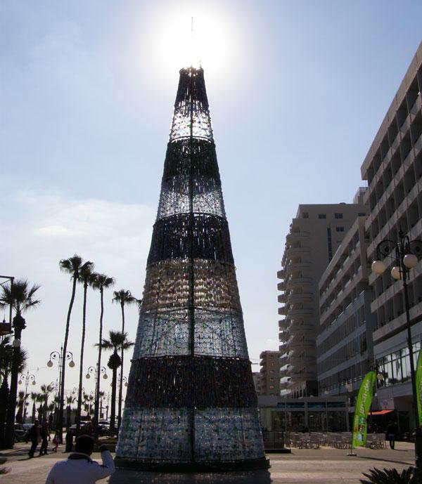 Perierga.gr - Το ψηλότερο χριστουγεννιάτικο δέντρο με ανακυκλώσιμα υλικά