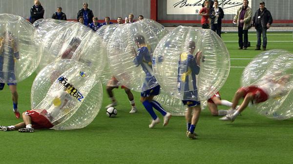 perierga.gr - Bubble Football: Ποδόσφαιρο μέσα σε... φούσκες!