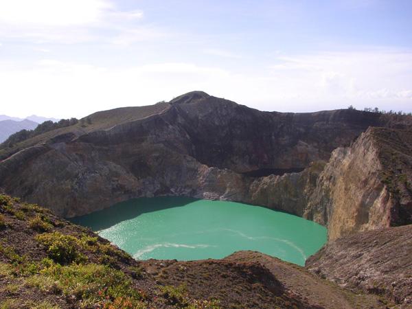 perierga.gr - Τρεις χρωματιστές λίμνες στην κορυφή ενός ηφαιστείου!