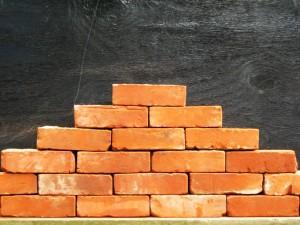 perierga.gr - Εσείς πόσα τούβλα μεταφέρετε με το κεφάλι σας;