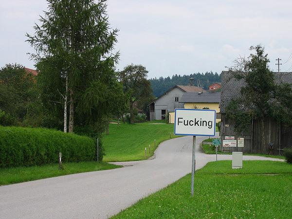 """perierga.gr - Fucking: Το """"ανατρεπτικό"""" χωριό των Άλπεων!"""