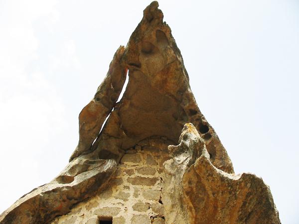 """perierga.gr - Το """"στοιχειωμένο"""" σπίτι του βράχου!"""