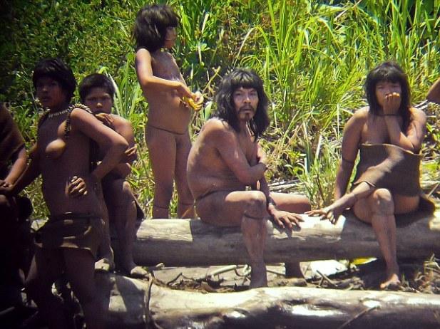 Perierga.gr - Στα άδυτα άγνωστης φυλής στο Περού!
