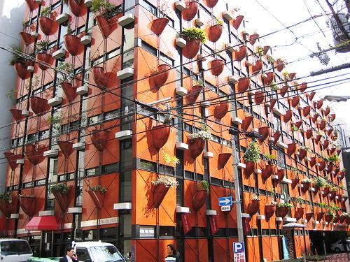 perierga.gr - 200 γλάστρες στην πρόσοψη ενός κτιρίου!
