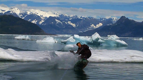 perierga.gr- Κάνοντας σκι στους παγετώνες της Αλάσκας!