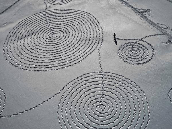 perierga.gr - Ζωγραφίζοντας με χιονοπέδιλα στο χιόνι!