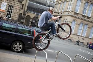perierga.gr - Κάνοντας parkour με ένα ποδήλατο!