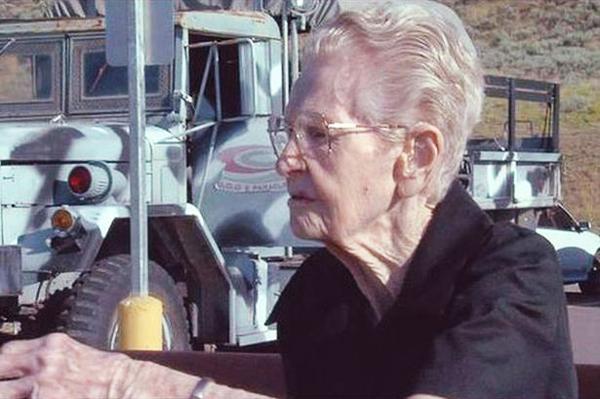 perierga.gr - Γιαγιά 101 ετών πετάει με αλεξίπτωτο!