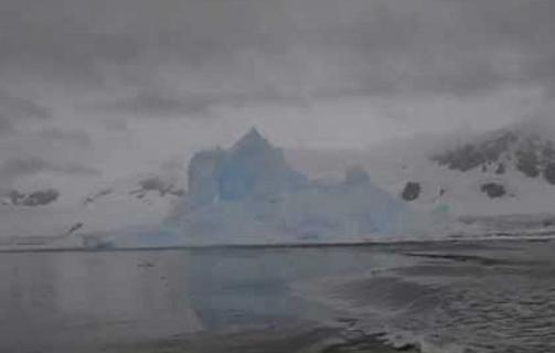 Perierga.gr - Η «έκρηξη» ενός παγόβουνου