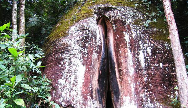 "perierga.gr - ""Αντρικός"" και ""θηλυκός"" βράχος... δίπλα δίπλα!"