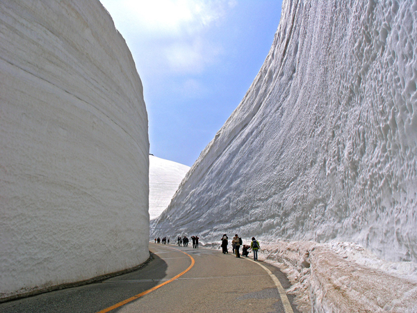 """perierga.gr - Διασχίζοντας τα τεράστια """"τείχη του χιονιού""""..."""