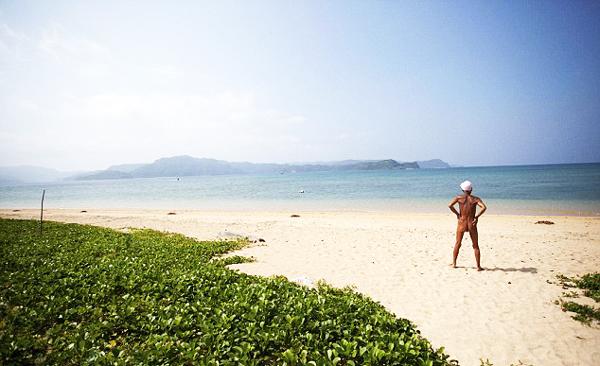 perierga.gr - Ζει γυμνός και ολομόναχος στο... νησί του παραδείσου!