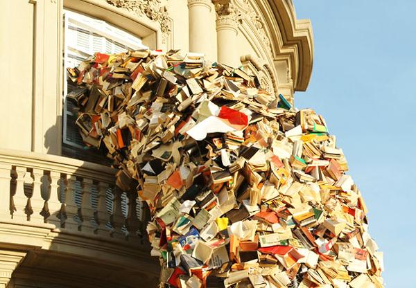 """perierga.gr - 5.000 βιβλία """"πετάχτηκαν"""" από το παράθυρο!"""