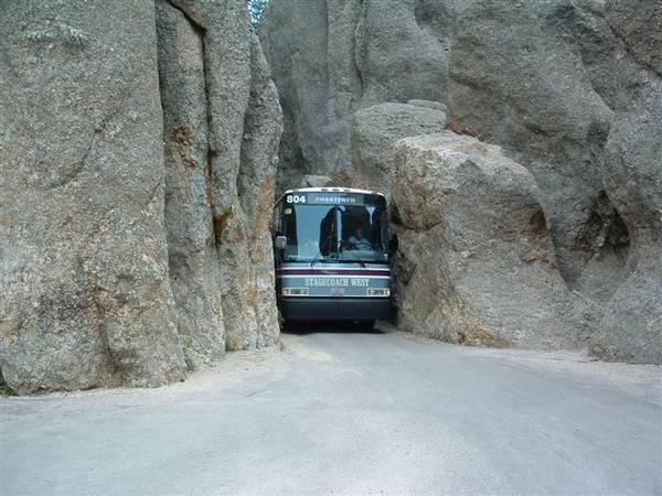 perierga.gr- Ένα λεωφορείο... σφήνωσε ανάμεσα στα βράχια!