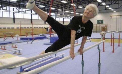 Perierga.gr - Σούπερ γιαγιά ετών 86 σε γυμναστικές επιδείξεις!