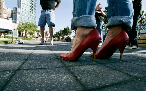 perierga.gr - Άντρες σε... ψηλά τακούνια!