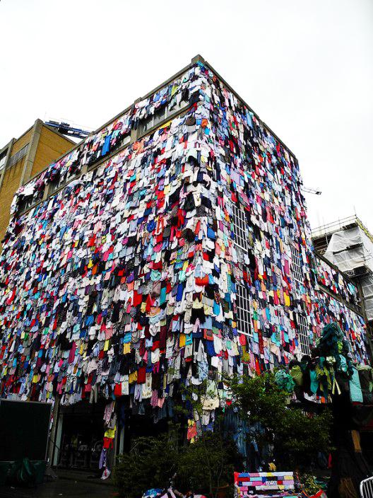 perierga.gr - Ένα κτίριο... καλύφθηκε με ρούχα!