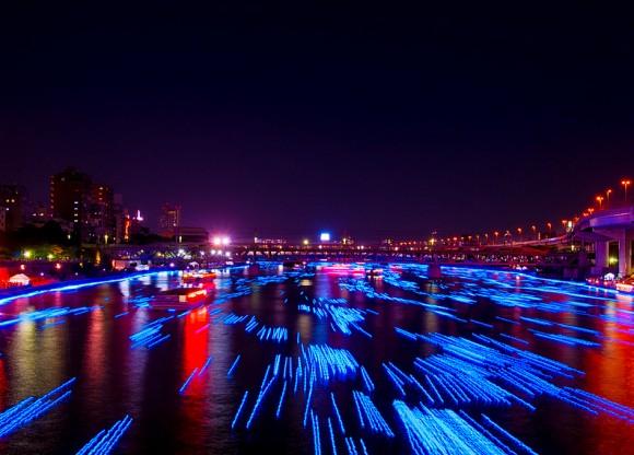 "perierga.gr - Ένα ""φωτεινό"" ποτάμι ρέει στην πόλη!"