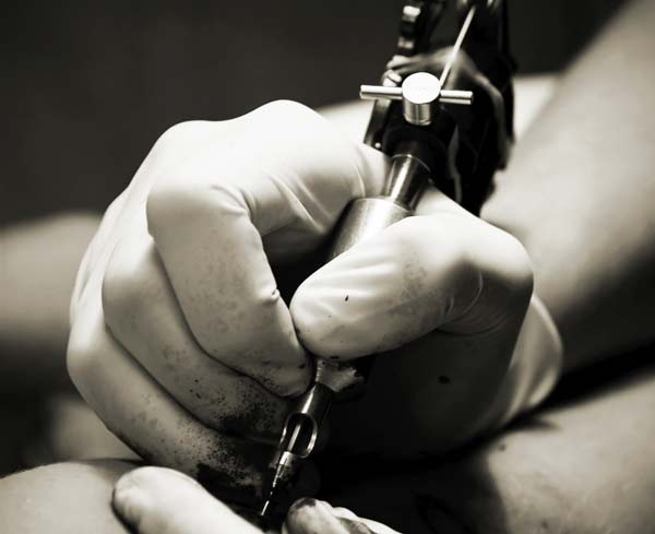 perierga.gr - Έκανε τατουάζ τα ιατρικά εργαλεία που τον έσωσαν!