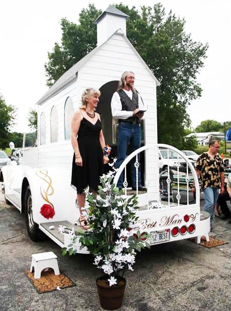 """perierga.gr - Η πρώτη """"κινητή"""" εκκλησία κάνει γάμους στο δρόμο!"""