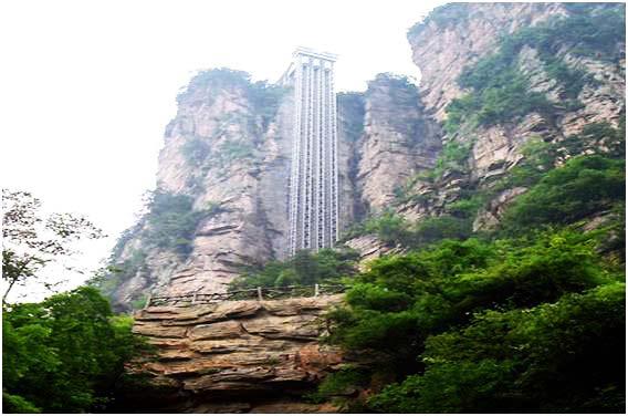 perierga.gr - Παράξενο ασανσέρ πάνω στα βράχια!