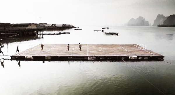perierga.gr - Γήπεδο ποδοσφαίρου πάνω στο νερό!
