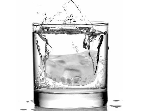 perierga.gr - Ουπς! Μια... μασέλα στο ποτήρι!