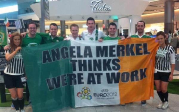 Perierga.gr - Η Μέρκελ νομίζει ότι είμαστε στη...δουλειά!