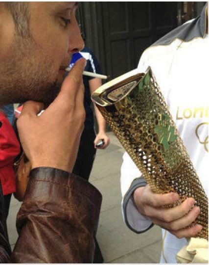 perierga.gr - Η ολυμπιακή φλόγα έγινε... αναπτήρας!