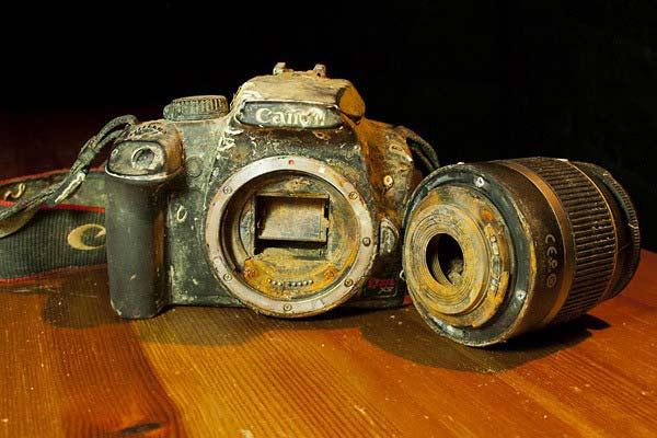 perierga.gr - Βρήκε τις φωτογραφίες ανέπαφες στο βυθό!