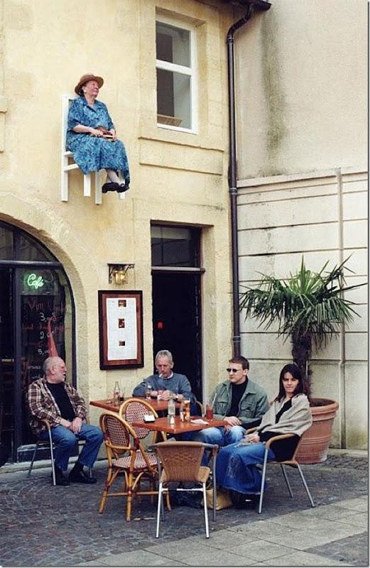 perierga.gr - Ηλικιωμένες κυρίες κάθονται... στον τοίχο!