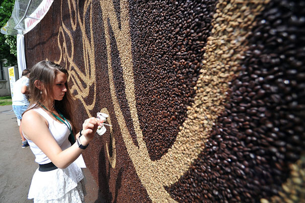 perierga.gr - Ένα εκατομμύριο κόκκοι καφέ για ένα πορτρέτο!