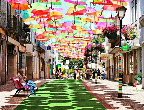 perierga.gr - Πολύχρωμες ομπρέλες στον... πορτογαλικό ουρανό!