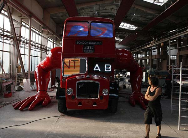 perierga.gr - Ένα λονδρέζικο λεωφορείο κάνει... πουσάπς!