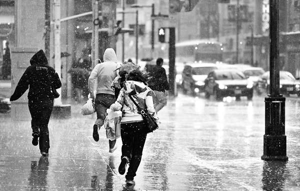perierga.gr - Τρέχοντας ή περπατώντας μένεις πιο στεγνός στη βροχή;