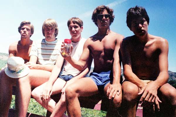 perierga.gr - Πέντε φίλοι τραβούν την ίδια φωτογραφία... 30 χρόνια!