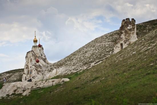 "perierga.gr - Μια εκκλησία ""σκαμμένη"" στα βράχια!"