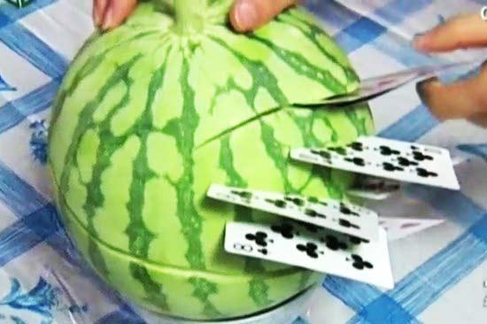 perierga.gr - Κόβει φρούτα και λαχανικά με... τραπουλόχαρτα!