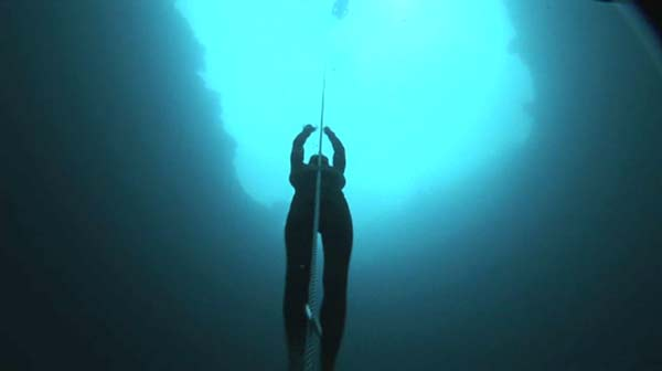 perierga.gr - Με μια ανάσα καταδύθηκε στα 101 μέτρα!