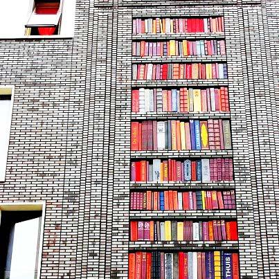 perierga.gr - Ράφια με βιβλία στην πρόσοψη του κτιρίου!
