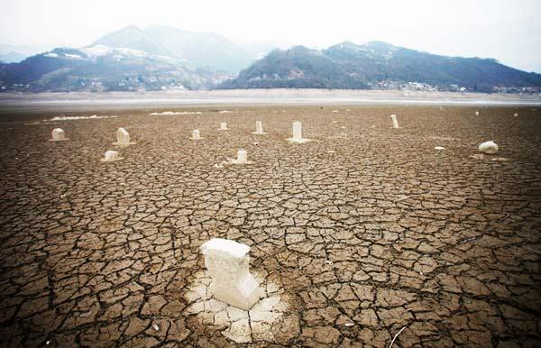 perierga.gr - Βυθισμένοι τάφοι εμφανίζονται ξανά... λόγω ξηρασίας!