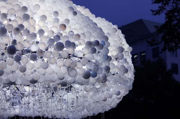 "perierga.gr - Ένα φωτεινό ""σύννεφο"" από 6.000 λάμπες!"