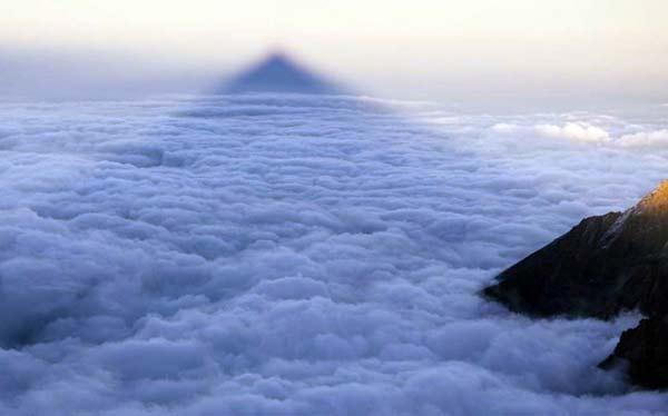 perierga.gr - Το βουνό... φάντασμα!