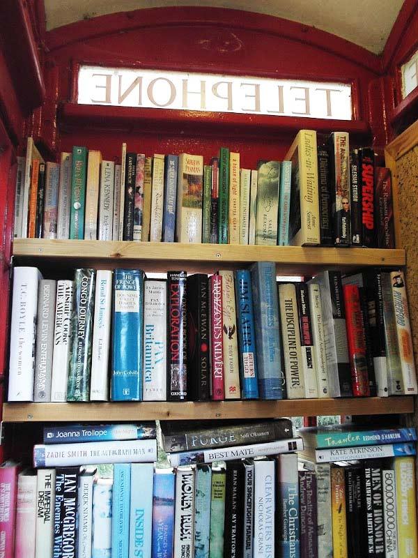 perierga.gr - Οι λονδρέζικοι τηλεφωνικοί θάλαμοι έγιναν βιβλιοθήκες!