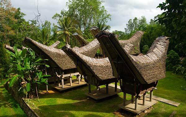 perierga.gr - Τα περίπλοκα σπίτια-πλοία των Ινδονήσιων!